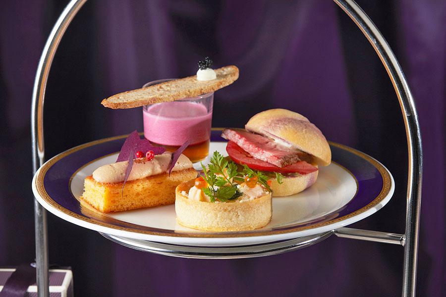 手前から反時計回りにスモークサーモンのキッシュ カリフラワー、紫芋のマーブルパン ローストビーフ、ビーツのスープ キャビア、、フォアグラムース メープルシロップの香るブリオッシュ