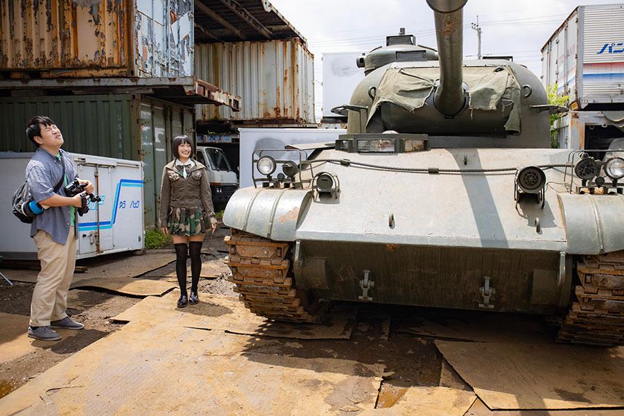 戦車とともにカザリ役として登場。(C)2020映画「ビューティフルドリーマー」製作委員会