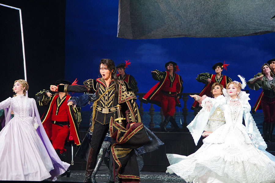 寺嶋民哉作曲の壮大な主題歌で総踊りとなる圧巻のプロローグ。中央は礼、右は舞空、左はペネロープ役の有沙 瞳