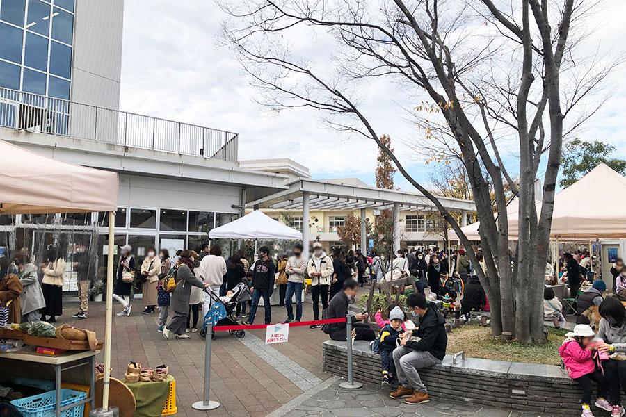11月29日に開催された『ひるさがりのマーケット』には大勢の家族連れが集まった。(11月29日撮影)