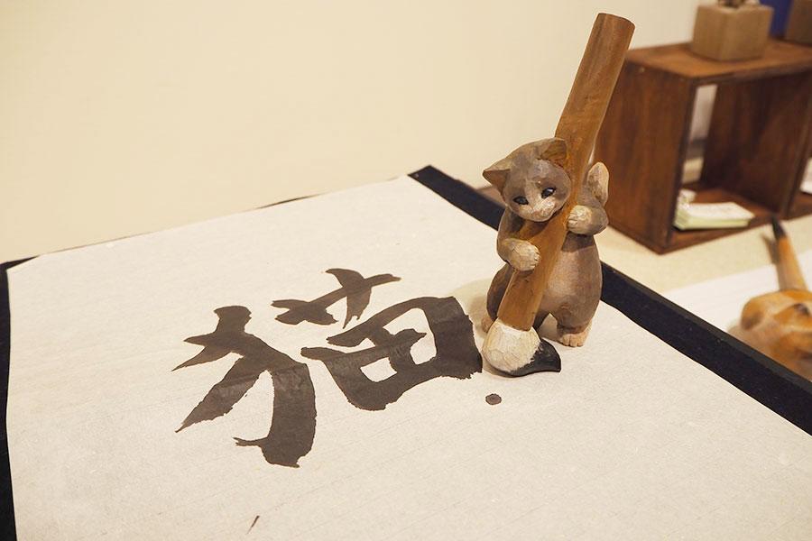 店主はねこ? 大阪で、くすっと笑える文具ねこの木彫展