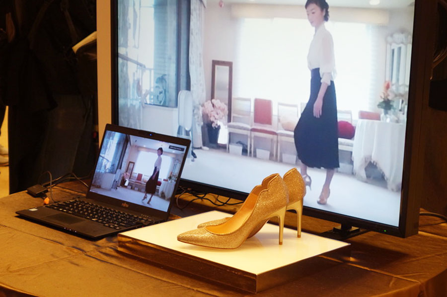 マダム由美子によるオンラインプライベートレッスン。ハイヒールの歩き方や履きこなしなどを教えてくれる。限定8名1万円