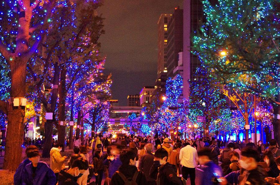『大阪・光の饗宴2020』のスタートともに御堂筋がイルミネーションで照らし出され、久しぶりの大きなイベント開催に喜ぶ人々(11月3日・大阪市内)