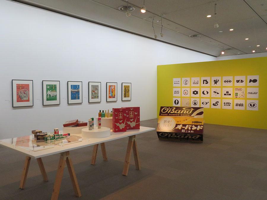 展覧会会場風景。さまざまな企業の社章、ポスター、パッケージデザインが並んでいる。なかには輪ゴムの「オーバンド」(株式会社 共和)など、現在も使われ続けているデザインも