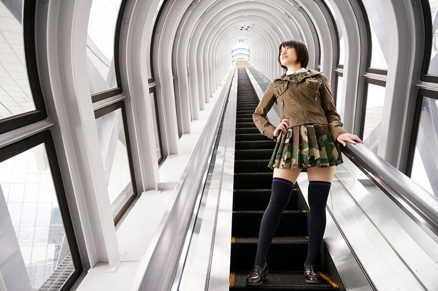 空中庭園に向かうエスカレーターにて、「近未来みたいな空間」とかざり