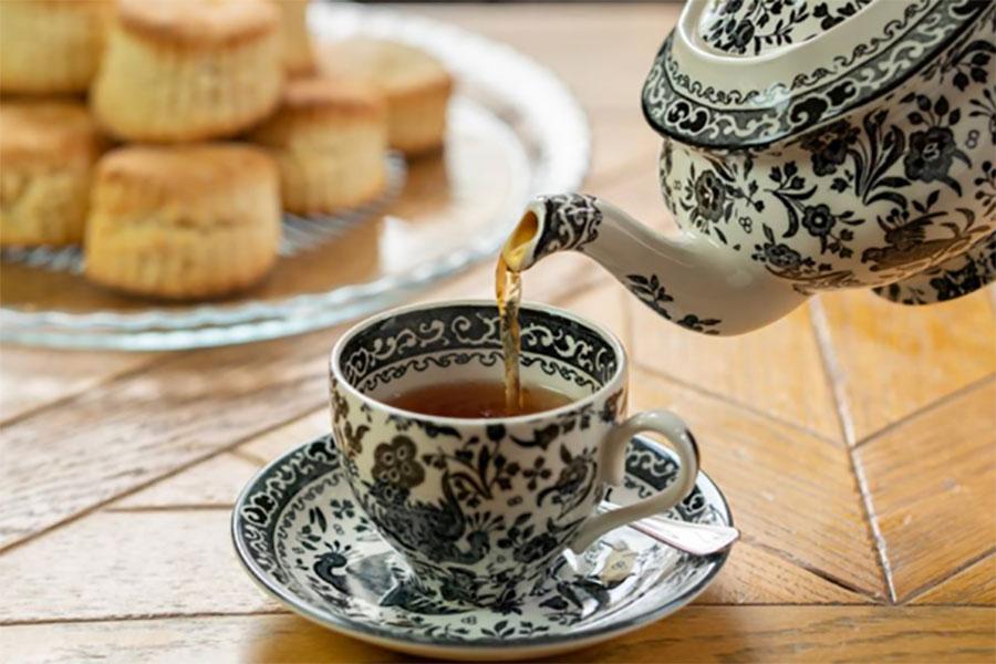 紅茶は少しずつ注がれ、飲み終えるとスタッフが追加してくれる