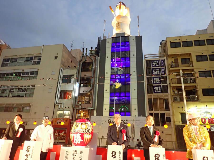 点灯式でライトアップされた巨大なおじさん像「だるま大臣人形」(11月25日・大阪市)提供:串かつだるま