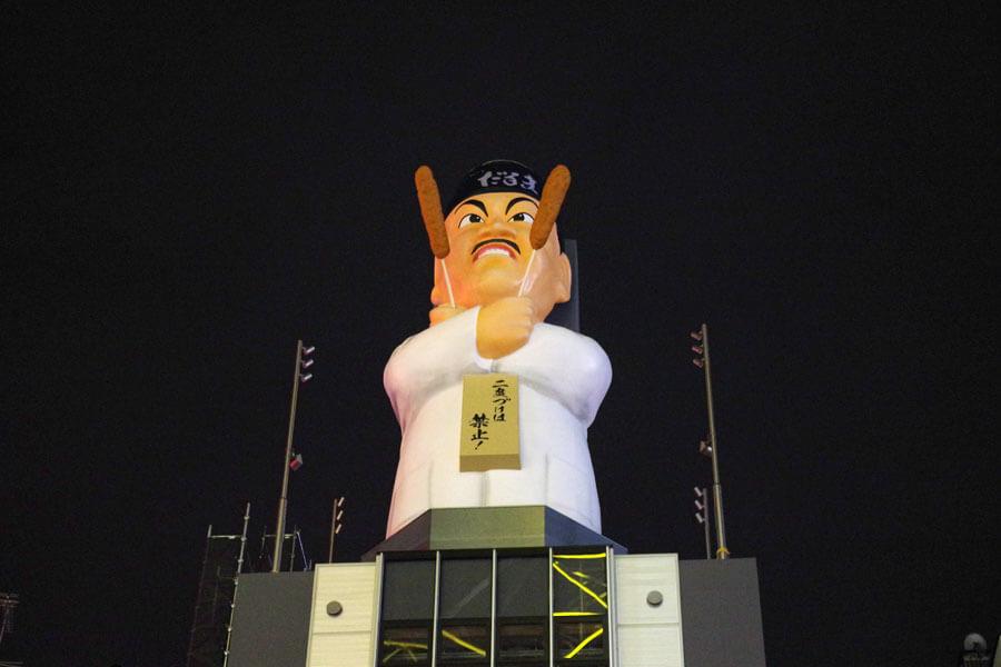 ビルの上に登場した巨大なおじさん像「だるま大臣人形」(11月26日・大阪市)