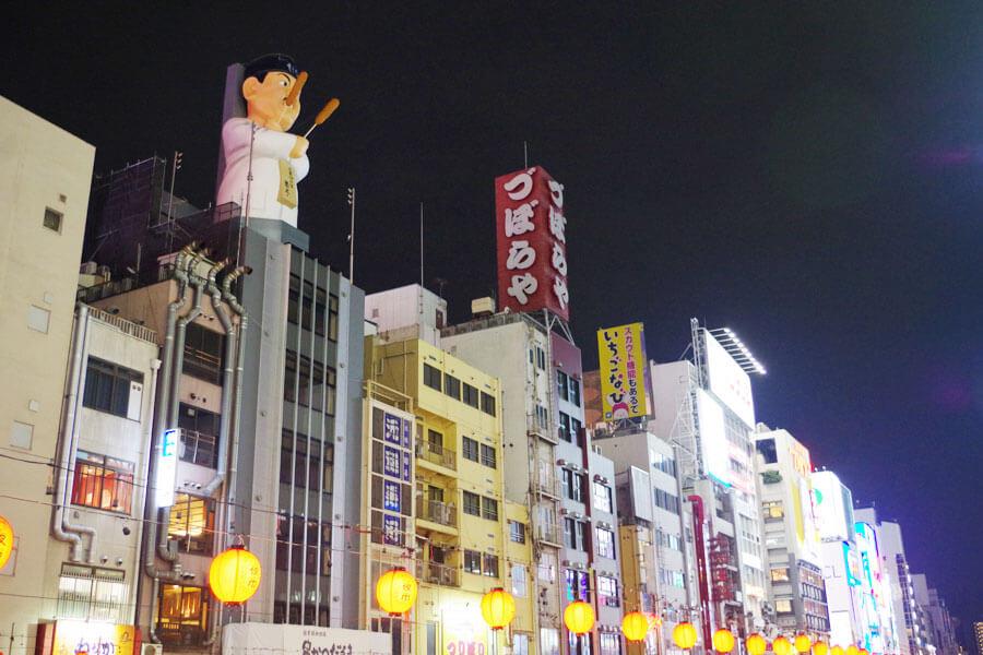 道頓堀の景観に新たに加わった巨大なおじさん像「だるま大臣人形」(11月26日・大阪市)