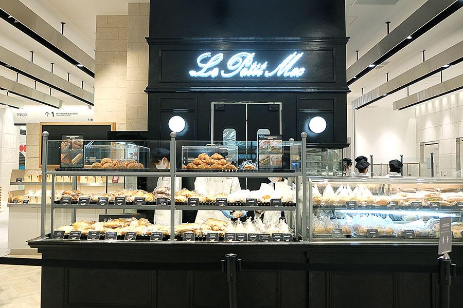 一番目立つカウンターにクロワッサンを配した店構えの「Le Petit Mec」