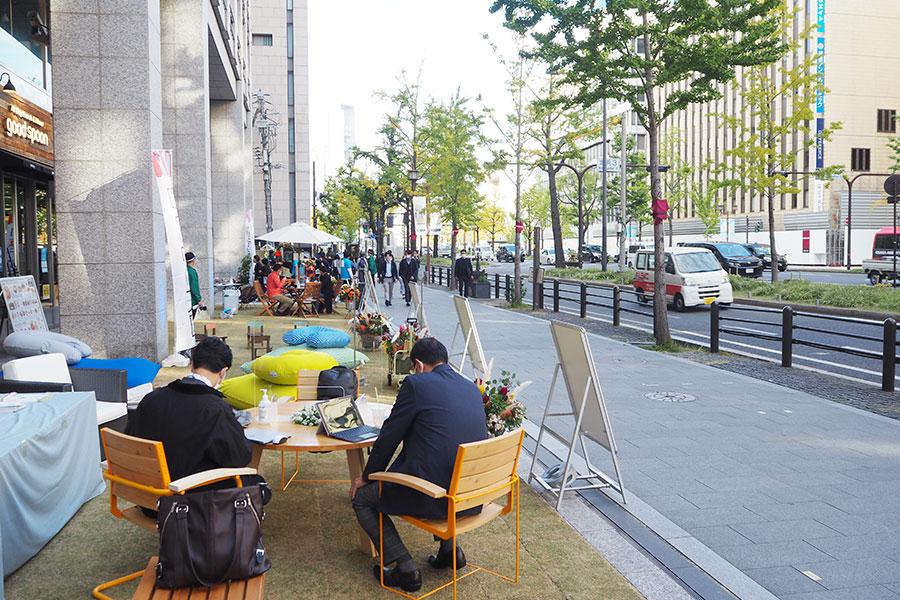 「淀屋橋odona」前に天然芝の憩い空間が登場(6日・大阪市内)