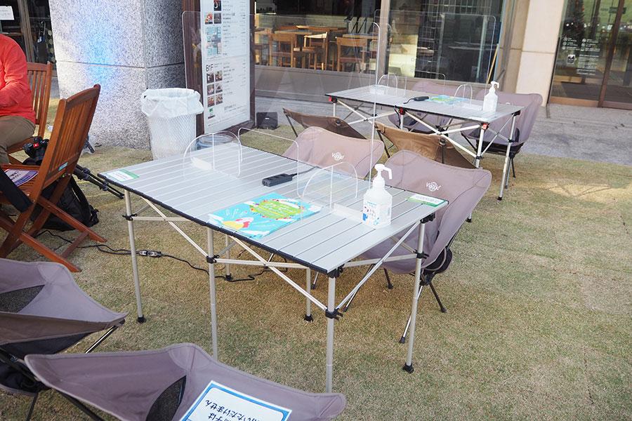 コンセント、フリーWi−Fiが完備されたテーブルも
