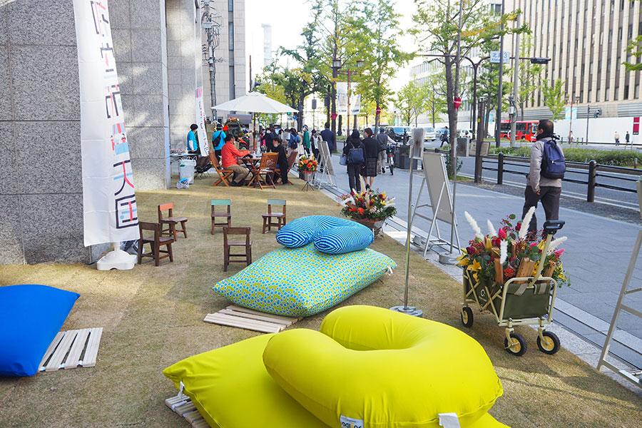 「淀屋橋odona」前に天然芝の憩い空間が登場。ヨギボーのクッションなども(6日・大阪市内)