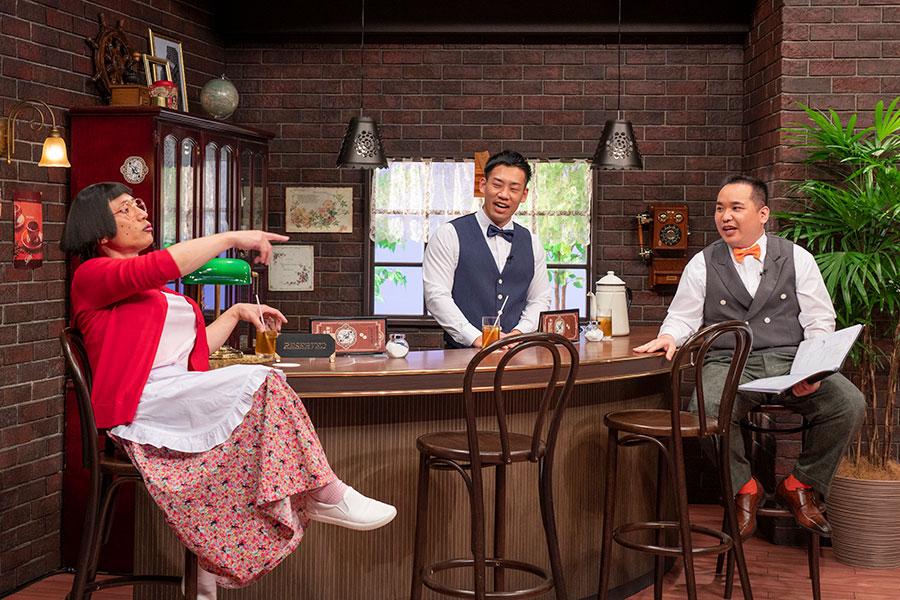 (左から)下積み時代によくネタ合わせをしていたという喫茶店「サモア」をモチーフにしたセットで、トークを繰り広げる (C)ytv