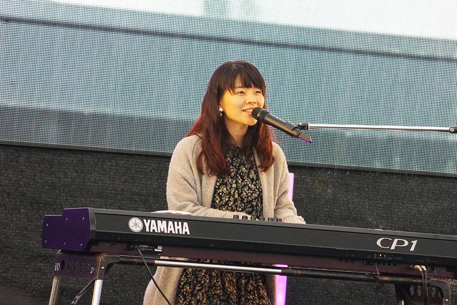 「シネマバード」企画の常連、古賀小由美によるライブ。「キャラメルマキアート」「ヒカリ」を披露(29日撮影)