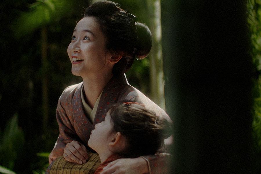 竹林で幼い千代と月を眺める母・竹井サエ(三戸なつめ) (C)NHK