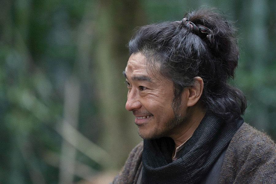 数日ぶりに家に戻ってきた千代の父・竹井テルヲ(トータス松本) (C)NHK