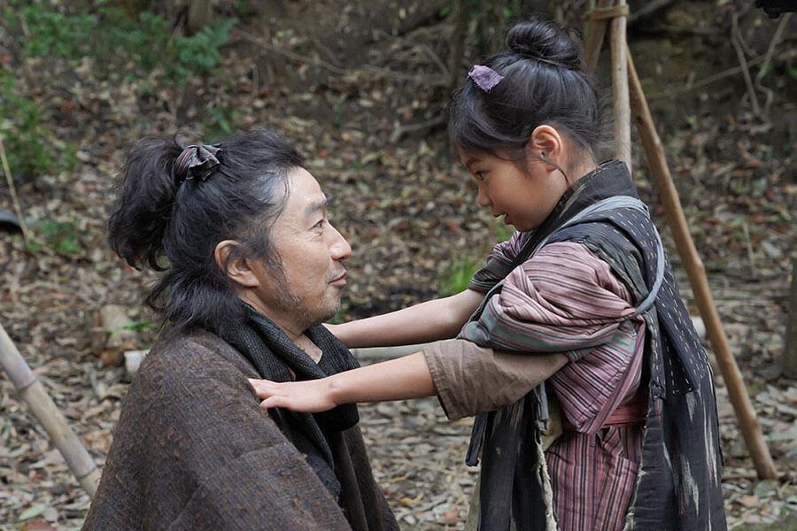 父・竹井テルヲ(トータス松本)がお母ちゃんを連れてきたことを喜ぶ千代(毎田暖乃) (C)NHK