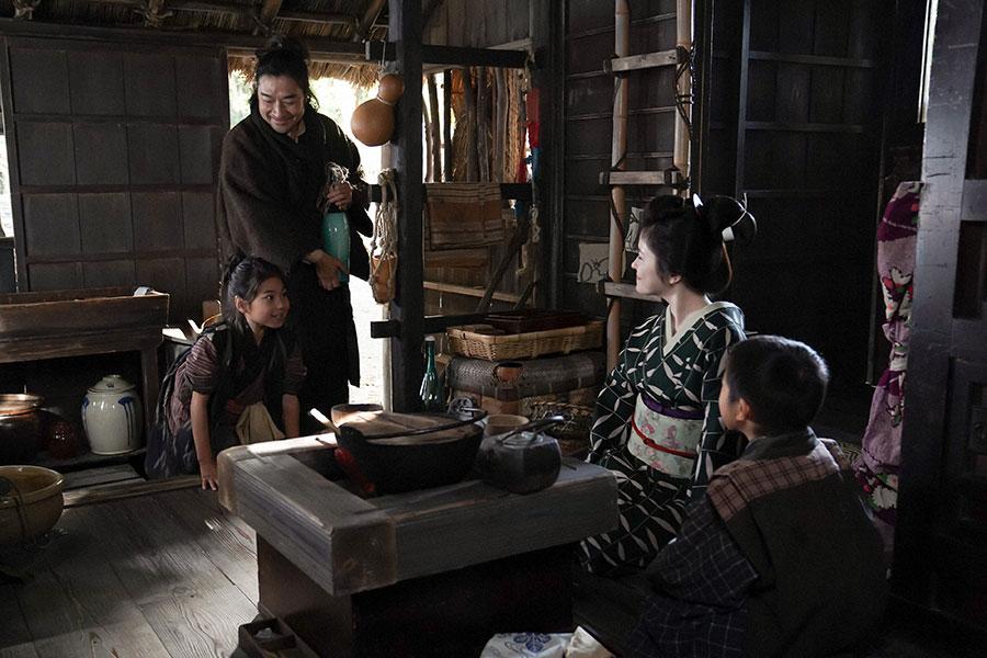千代の家で、お父ちゃん(トータス松本)と一緒になってくれたお礼を栗子(宮澤エマ)に言う千代(毎田暖乃) (C)NHK