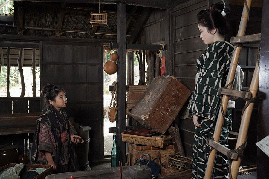 晩御飯の支度を千代(毎田暖乃)に頼む栗子(宮澤エマ) (C)NHK