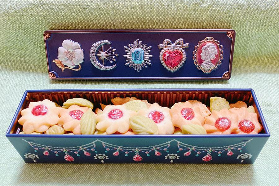 東大阪の洋菓子店『モンガトウ』のクッキー缶。一番人気のビジュー缶にかわいらしいクッキーが詰まっている