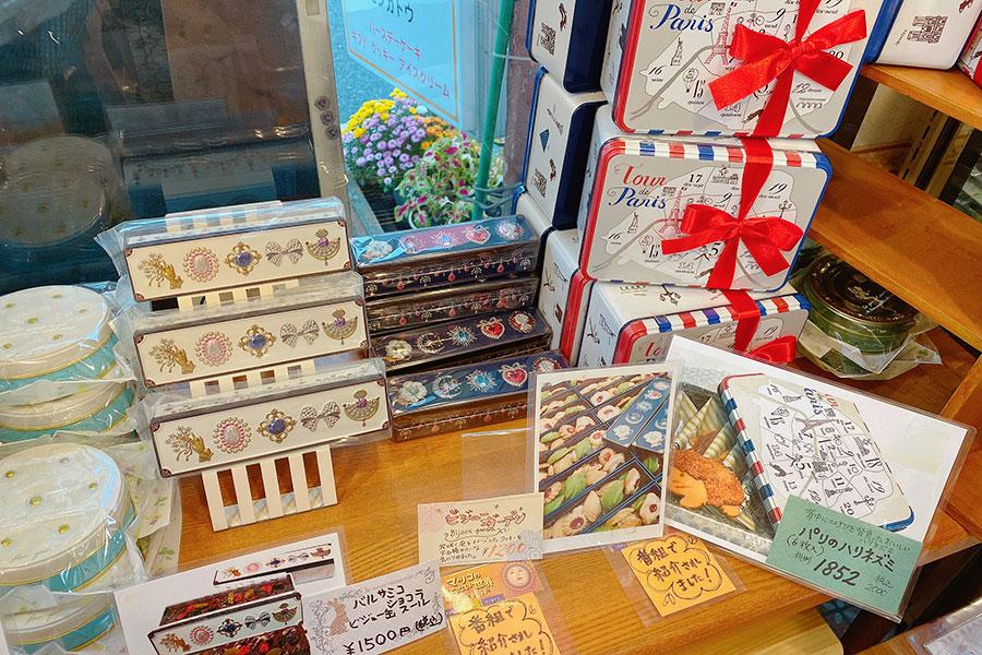 東大阪の洋菓子店『モンガトウ』の店頭。取り扱われている缶のラインアップが豊富で、全国から注文があるという