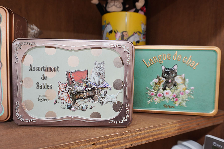 兵庫県尼崎市にある『洋菓子店リビエール』限定の缶。猫がかわいらしい