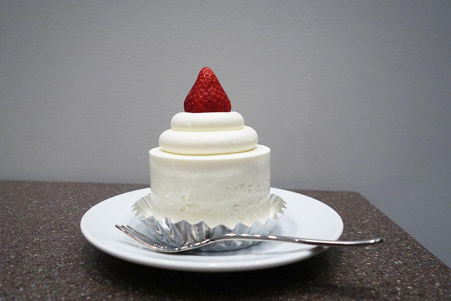 「ストロベリークラシックショートケーキ」は、ふわふわのスポンジに、甘さ控えめのクリームがたっぷり