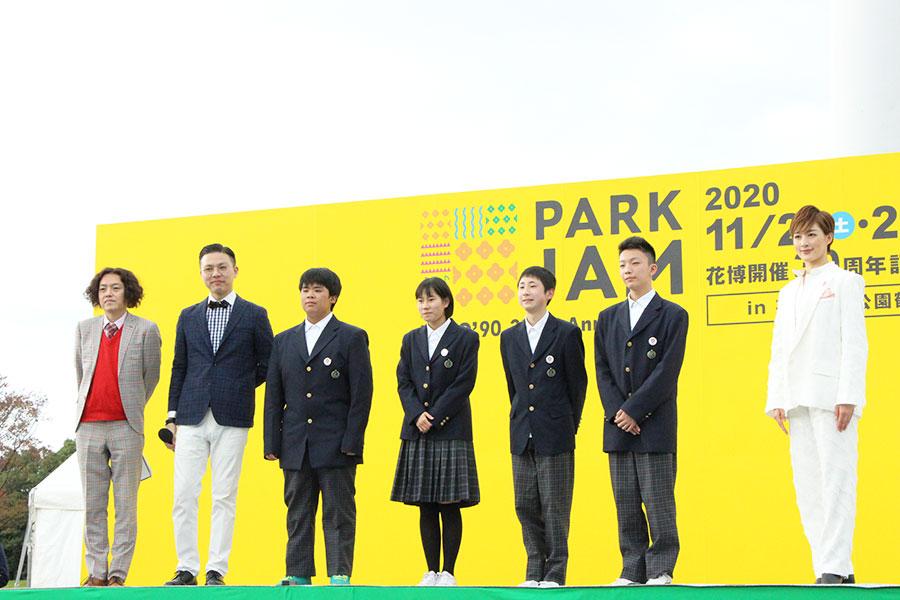 大芝生の特設会場でおこなわれた「大阪・関西万博PRステージ」。学天即(左)や学生とともに登場