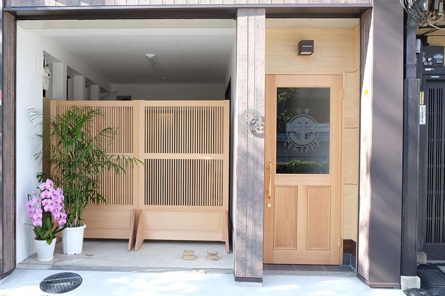2階に茶寮を構える。左側に「千本玉壽軒」がある