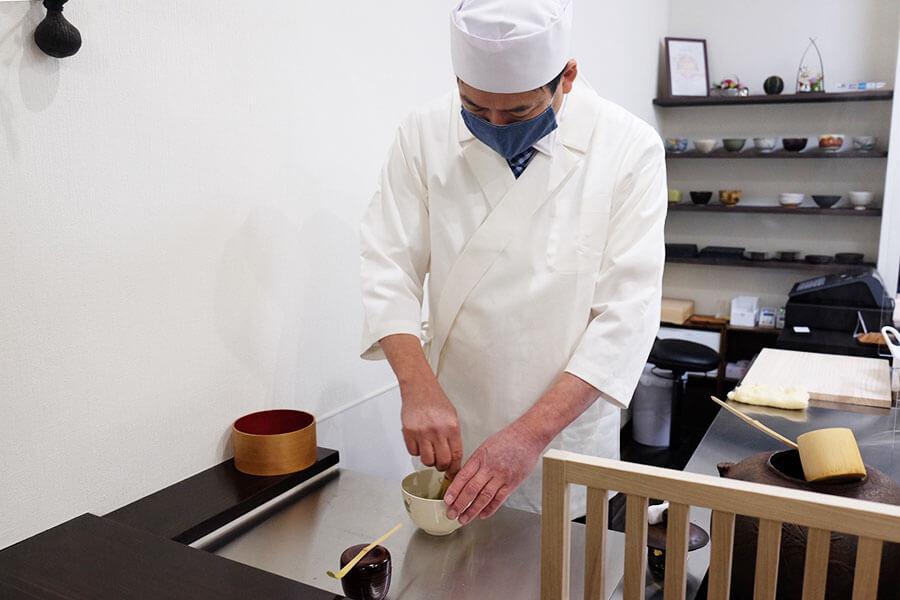 観光スポット以外で、和菓子職人の技を気軽に見ることができる珍しい試み