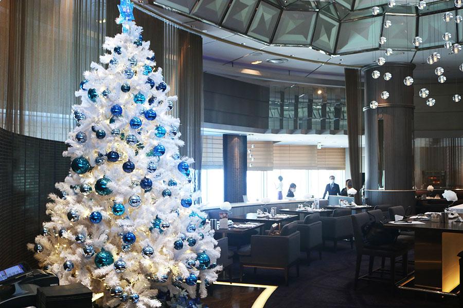 今年のテーマは「スパークリングクリスマス」。テーマカラーの白と渋バーを使ったツリーがお目見え