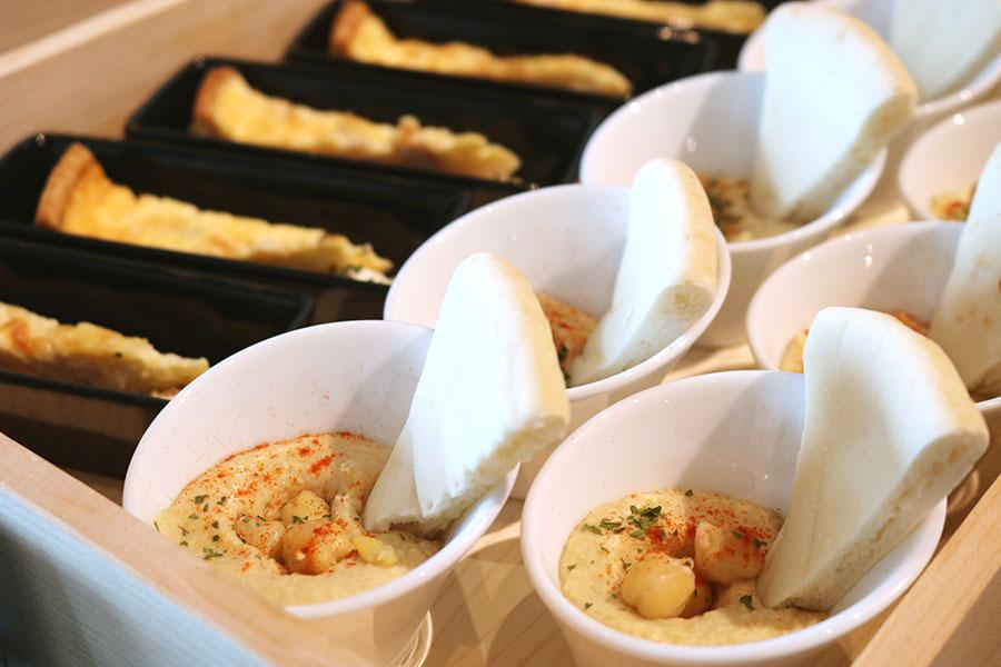 「フムスとピタブレッド」。フムスは中東の伝統的な家庭料理