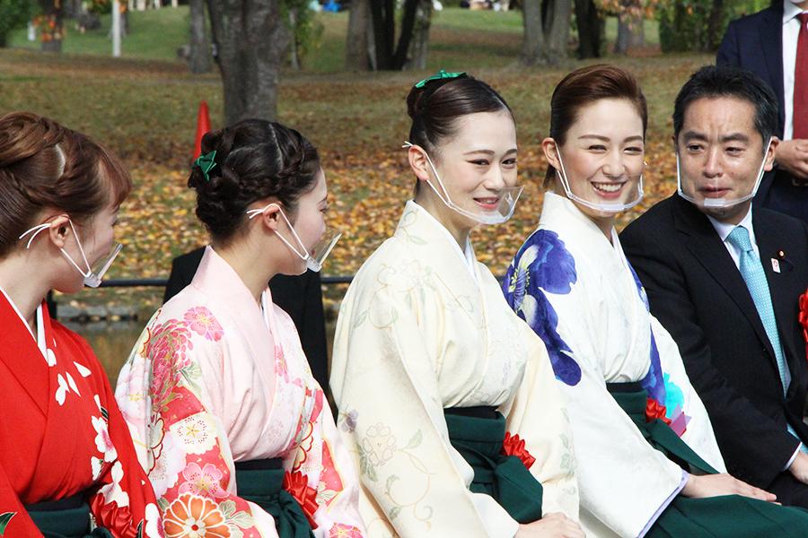 右から、井上信治大臣、宝塚歌劇団花組の聖乃あすか、星空美咲、稀奈ゆい、初音 夢