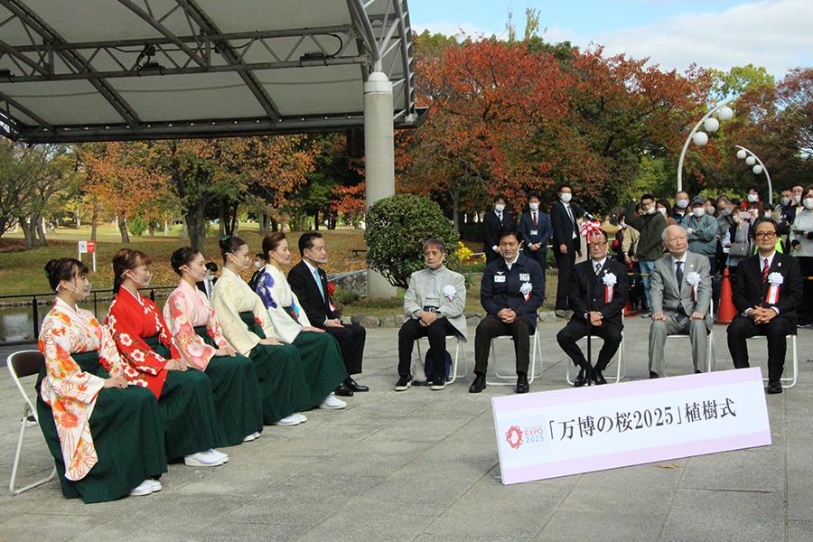「万博の桜」植樹式に、宝塚男役が華添える