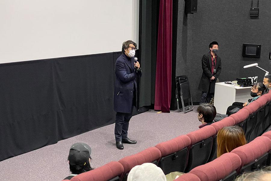 大阪芸術大学 本学キャンパスで、映画上映前に挨拶する田中光敏監督