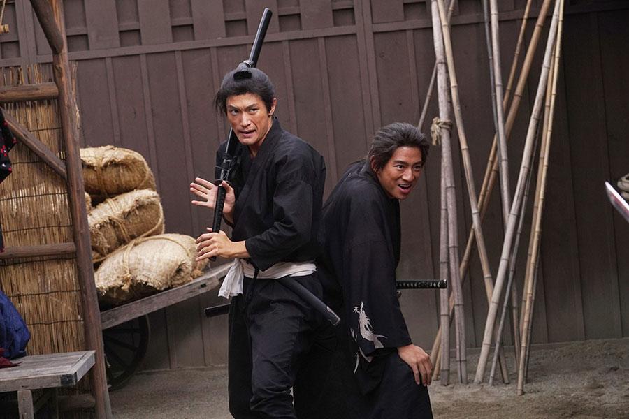 三浦春馬さんの殺陣シーンについて田中監督は、「全然一夜漬けではなくちゃんと彼の基礎があった。奥行きを持った役者で、そういう意味で中身がある人」と語った(C)2020 「五代友厚」製作委員会