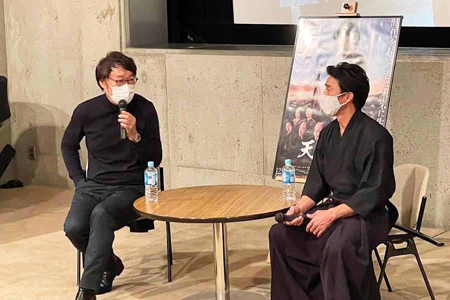 アクションコーディネーターの中村健人さんは三浦春馬さんの殺陣指導をおこなったそうで、「あの短い殺陣のシーンに、膨大なバックボーンがある。かなり勉強熱心だった」とコメントした