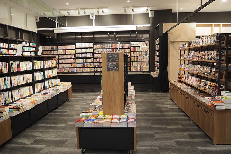 流行のコミックなどもそろえた、書籍売り場