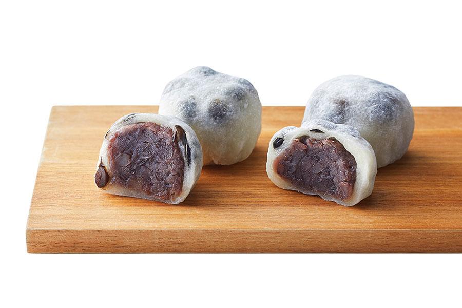 大阪「和-水都饌菓」では通常商品(右側)からあんこ30%増量の「豆大福」1個194円も登場