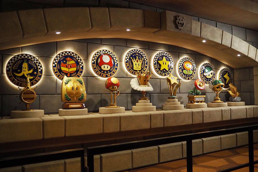 途中、「マリオカート」でおなじみのトロフィーなどが展示されている部屋が登場