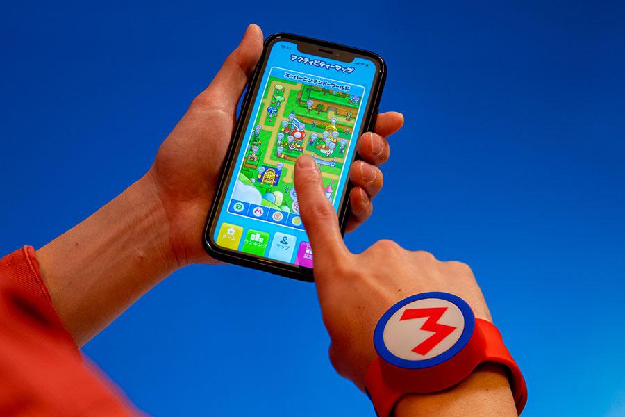 自身のスマートフォンに「ユニバーサル・スタジオ・ジャパン」のアプリをダウンロードして、パーク内で購入できる「パワーアップバンド」と連動させる