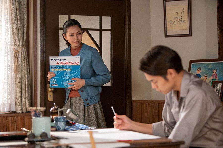 裕一(窪田正孝)がロカビリーに興味がないか探りを入れる音(二階堂ふみ) (C)NHK