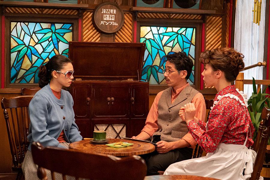 JAZZ喫茶「バンブー」で店主の保(野間口徹)と恵(仲里依紗)と話す音(二階堂ふみ) (C)NHK