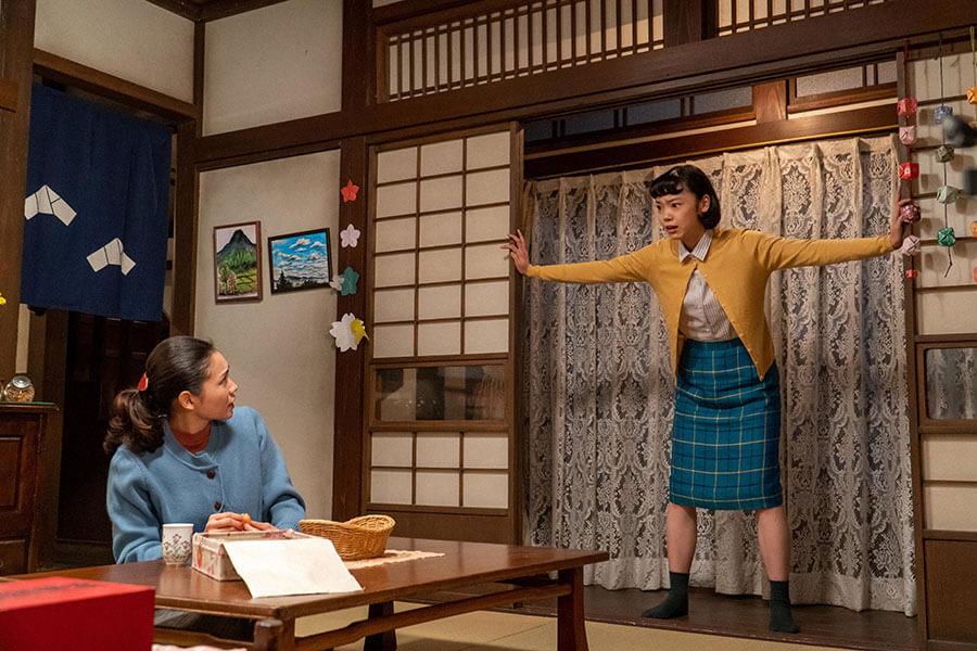 音(二階堂ふみ)が休む居間に飛び込んできた華(古川琴音) (C)NHK
