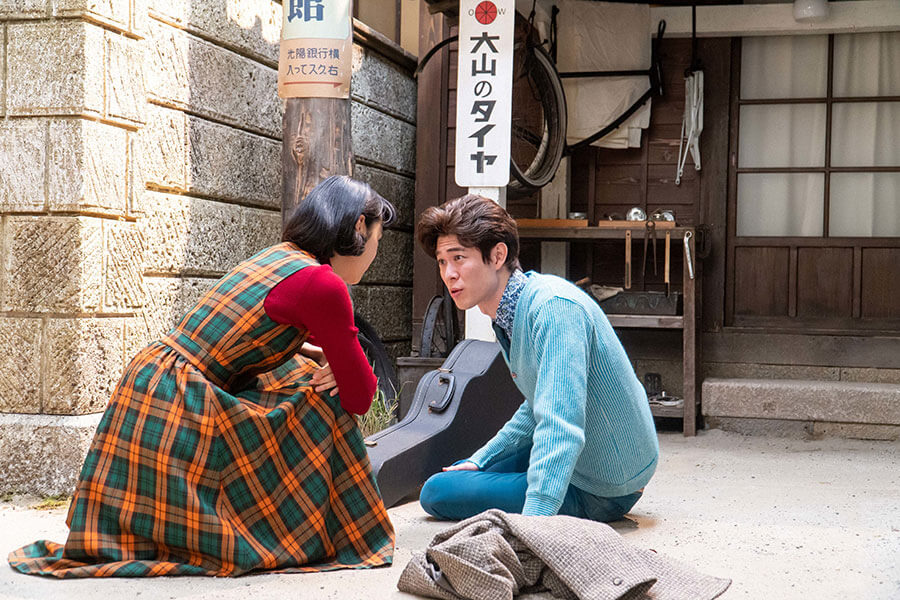 古山家の前に到着するアキラ(宮沢氷魚)と華(古川琴音)(C)NHK