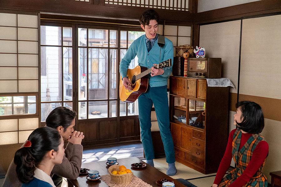 華(古川琴音)のために作った曲を披露するアキラ(宮沢氷魚)とそれを聴く裕一(窪田正孝)と音(二階堂ふみ) (C)NHK