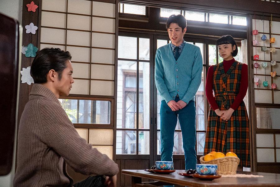 裕一(窪田正孝)に挨拶に訪れるアキラ(宮沢氷魚)と華(古川琴音) (C)NHK