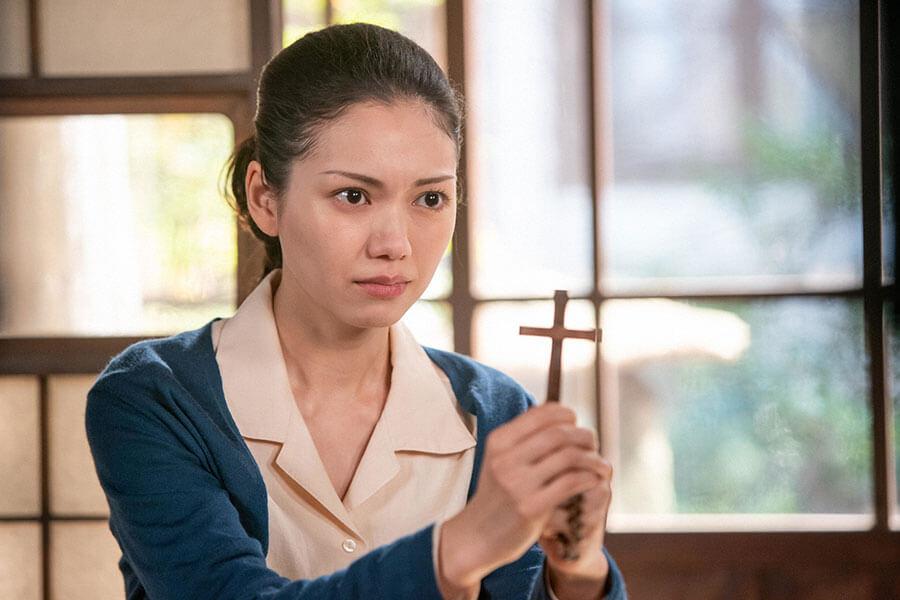 十字架を握りしめる音(二階堂ふみ)(C)NHK