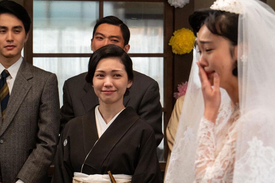 涙する新婦・華(古川琴音)を見守る母・音(二階堂ふみ)(C)NHK